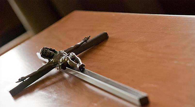 Detailaufnahme Kruzifix mit Gekreuzigtem auf einem Sarg
